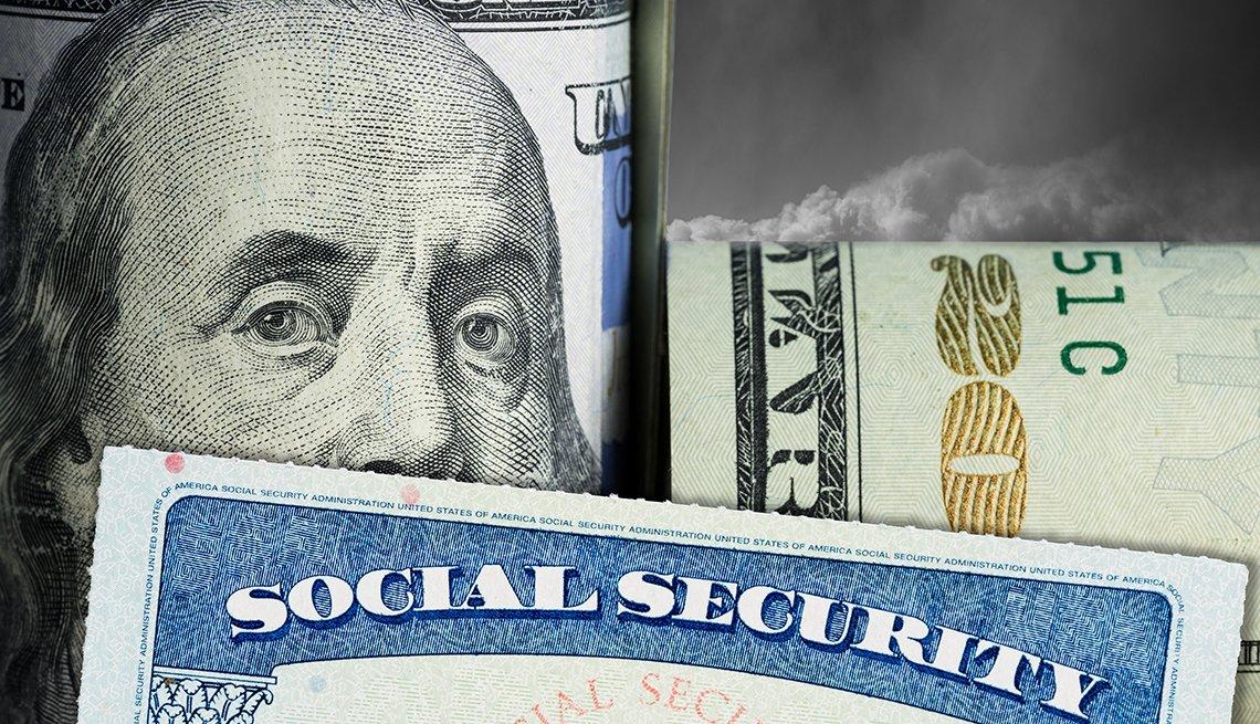 Tarjeta del Seguro Social con billete de 20 dólares doblado.