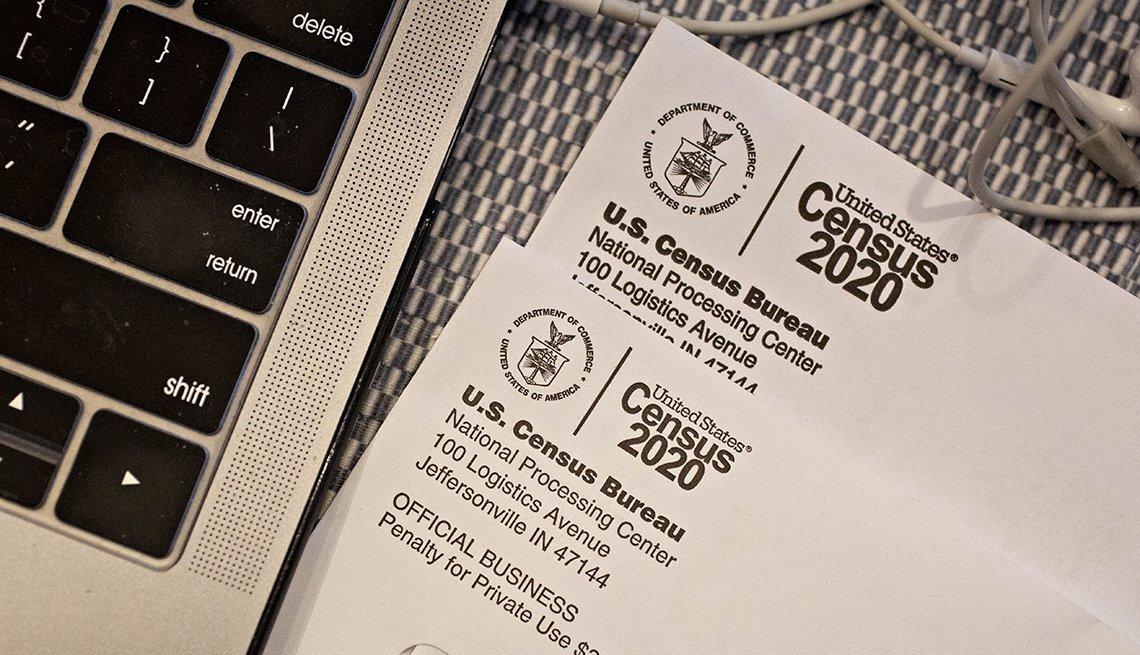 Formulario del Censo junto a una computadora