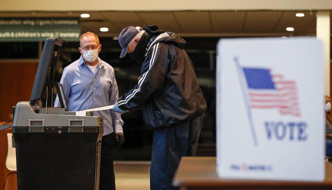 Hombre emite su voto durante las elecciones