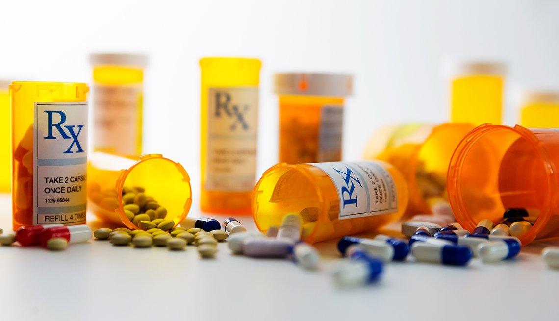 Recipientes con prescripción y pastillas en un mostrador