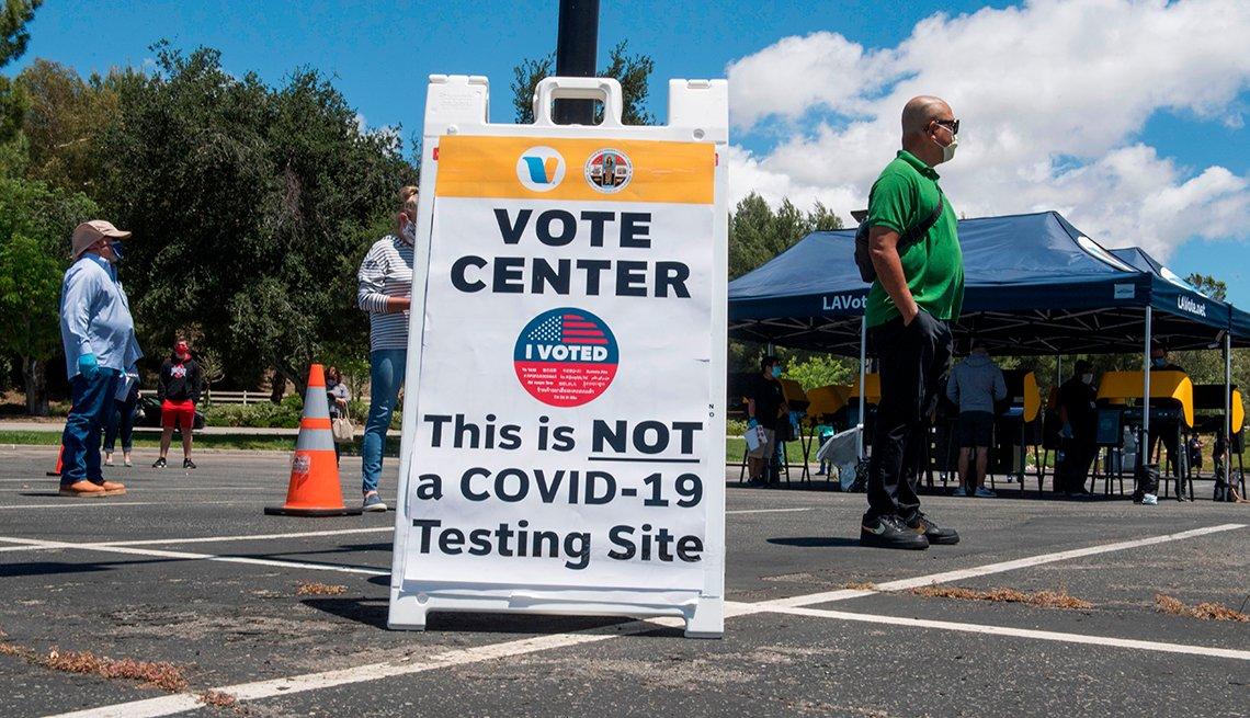 Personas esperan para votar