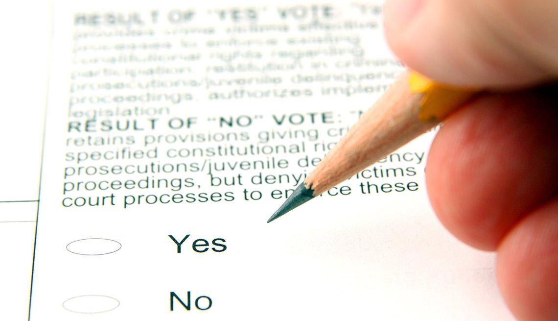 Una persona llenando un formulario electoral