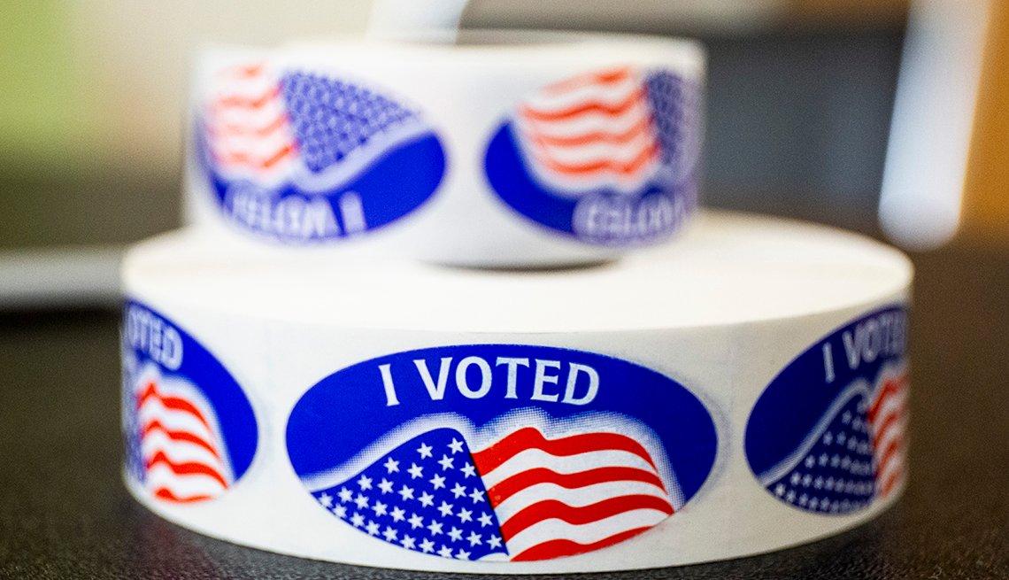 Calcomanías en inglés donde se puede leer I voted