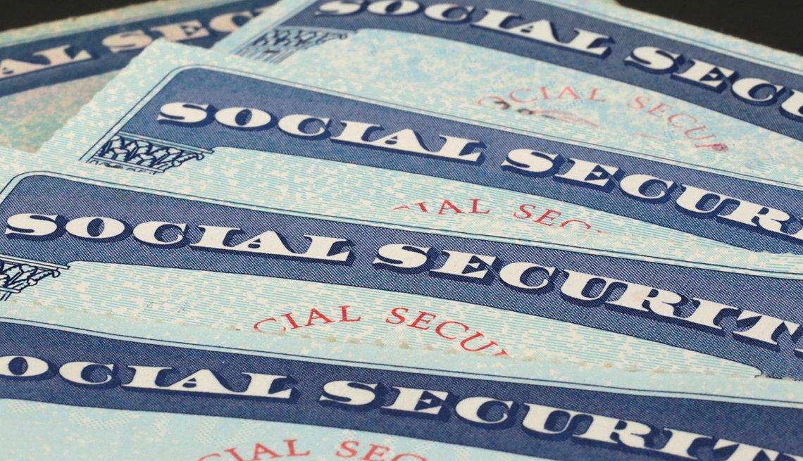 Varias tarjetas del Seguro Social