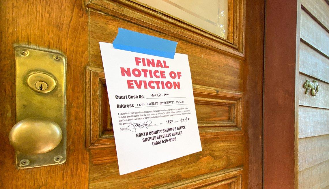 Un letrero en una puerta que dice en inglés Final Notice of Eviction, aviso final de desalojo.