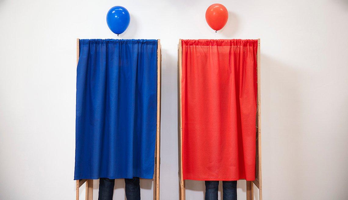 Dos cabinas de votación, una de color azul y otra de color rojo