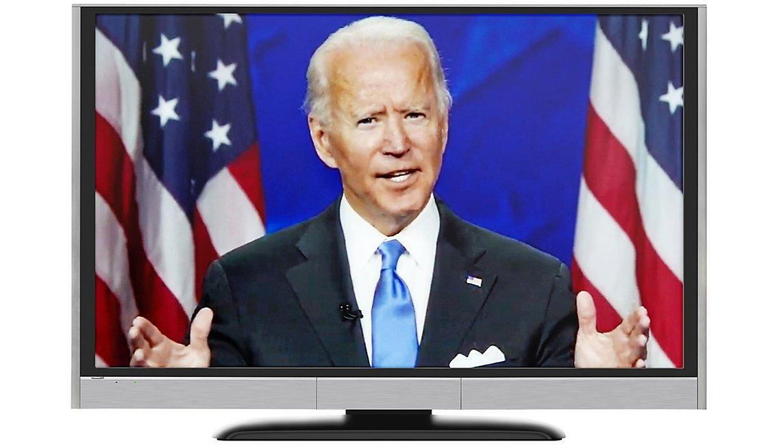 Imagen del candidato presidencial Joe Biden en un monitor mientras da un discurso