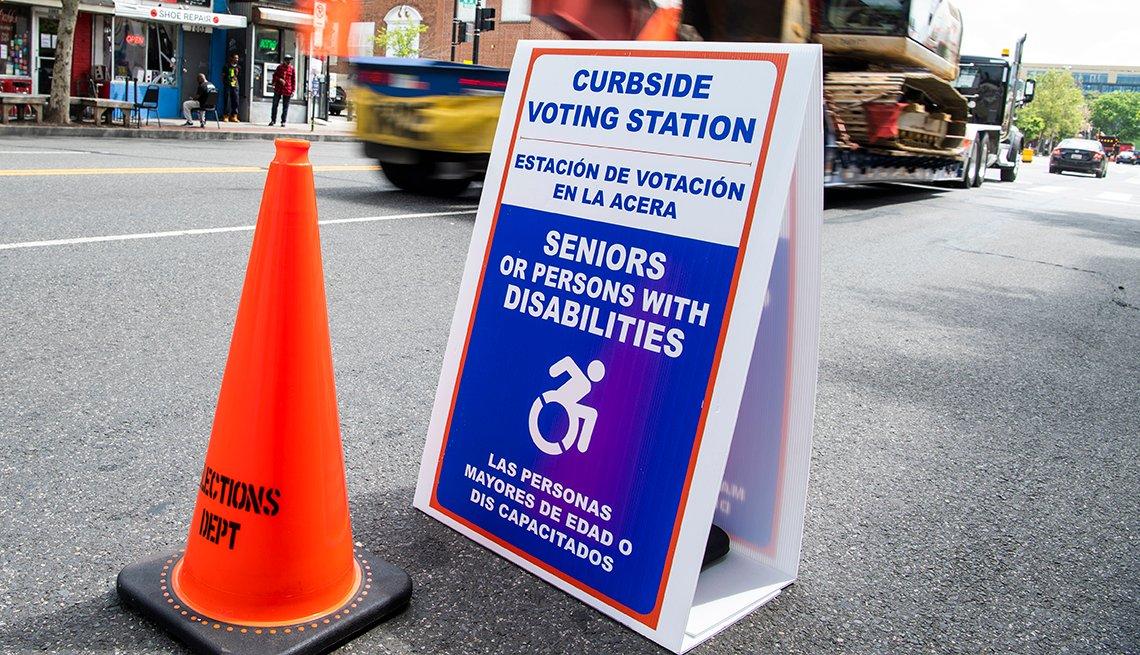 Letrero en la calle indica la ubicación de un centro de votación electoral para discapacitados