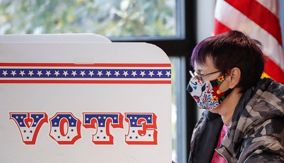 Mujer emitiendo su voto