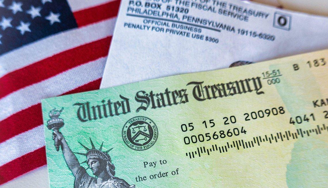 Cheque del Gobierno de Estados Unidos sobre una bandera