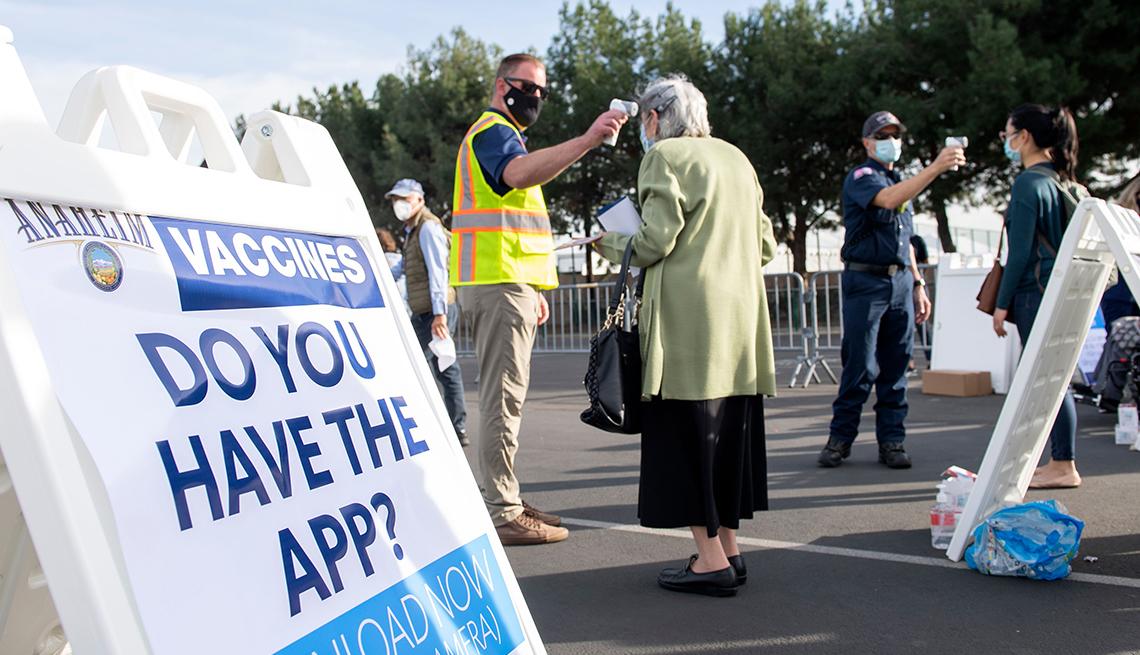 Personas esperan en fila para recibir la vacuna contra la COVID-19
