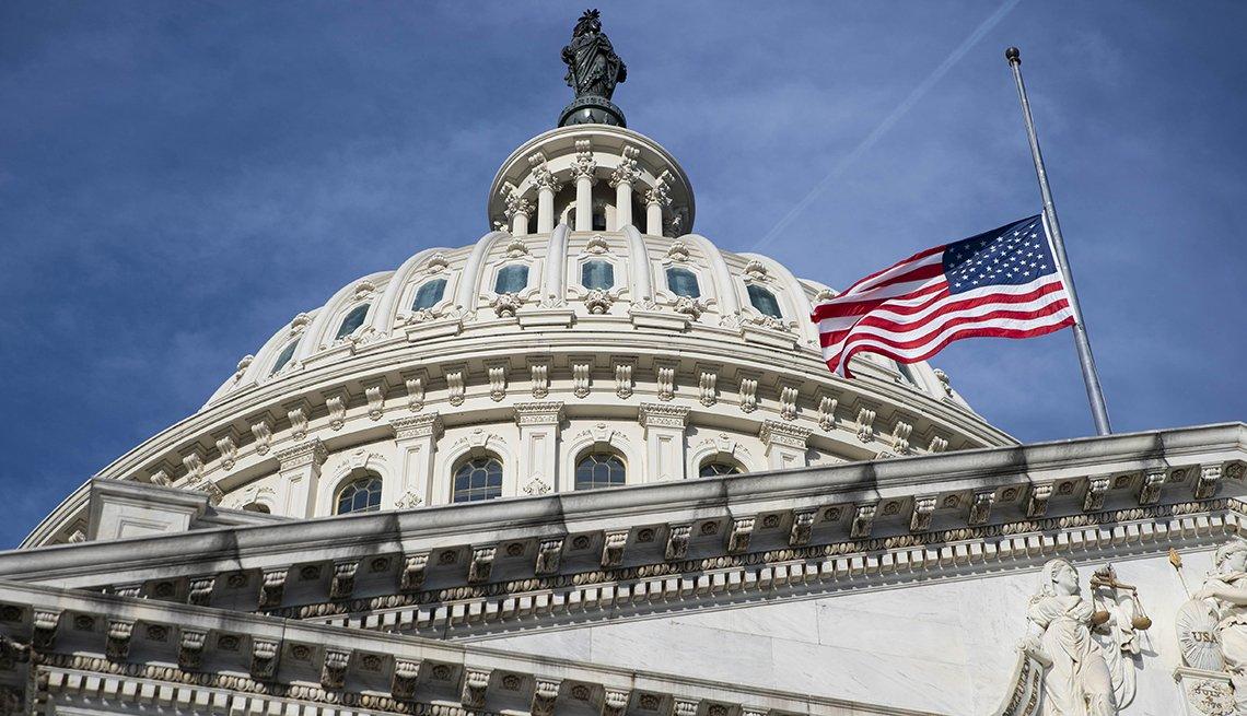 Bandera de los Estados Unidos izada a media hasta en el Capitolio, Washington, D.C.