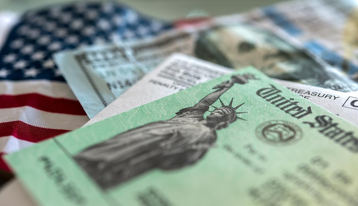 Un cheque del Departamento del Tesoro de EE. UU. Con una bandera estadounidense