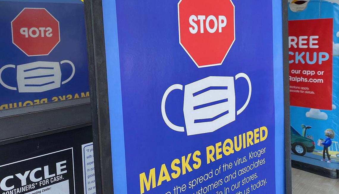 Letrero anuncia que se debe usar mascarilla por la pandemia de COVID