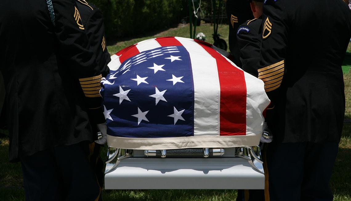 Ataúd cubierto por la bandera de Estados Unidos