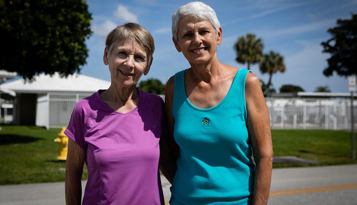 Dos mujeres de pie una al lado de la otra