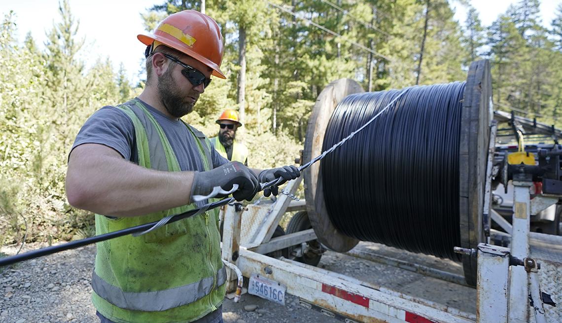 Un trabajador instala un cable