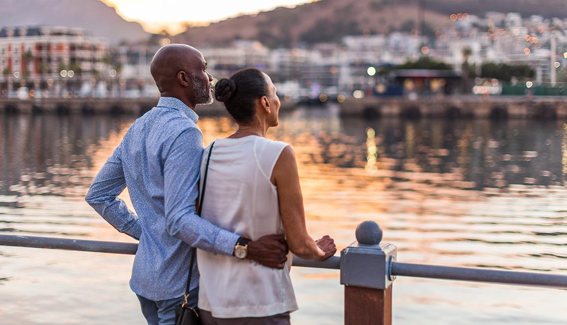 Un hombre y una mujer miran hacia el agua