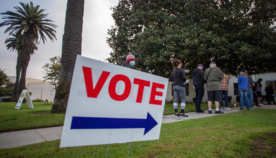 Personas hacen fila para votar