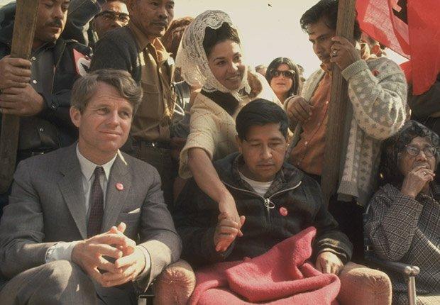 Robert F. Kennedy sentado al lado de César Chávez (que parece muy débil después de prolongada huelga de hambre), Derechos Civiles chicano