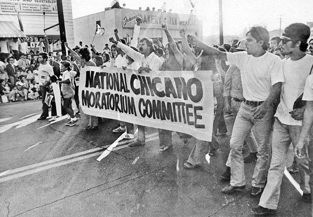 Los hispanos muestran en el Los Angeles Moratoria Chicana de marzo, de Derechos Civiles chicanos