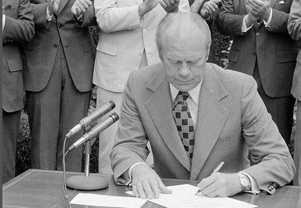 Presidente Ford firma un ampliado de extensión 7 años de la Ley de Derechos de los Votantes, Derechos Civiles chicanos