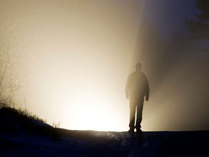 Hombre parado en un camino nublado
