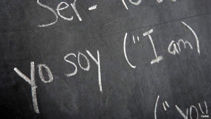 Un pizarrón con español y inglés, inglés como una segunda lengua
