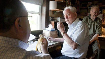 Empleados conversan en un descanso en la compañía de agujas Vita, donde la edad es un activo.