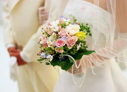 Novia cargando un ramo de su matrimonio