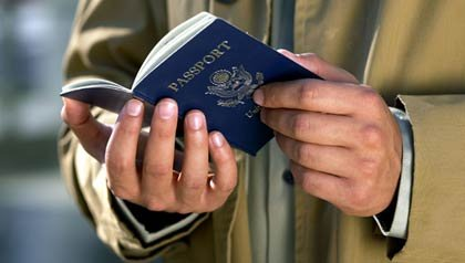 Hombre con pasaporte en sus manos - Cómo renovar su pasaporte