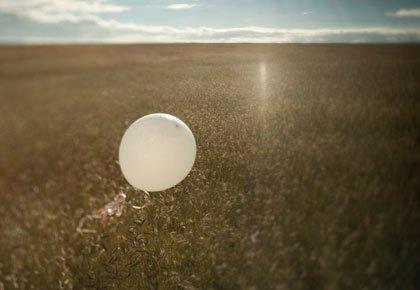 Globo flotando en el cielo