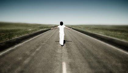 Mujer en la mitad de una ruta desolada  - Existe el cielo?