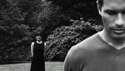 Foto en blanco y negro de una pareja en un jardin - Porque usted necesita perdonar