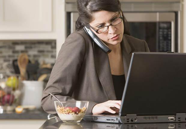 Mujer hablando por teléfono - sea usted una prioridad