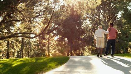 Dos hombres caminan en el parque