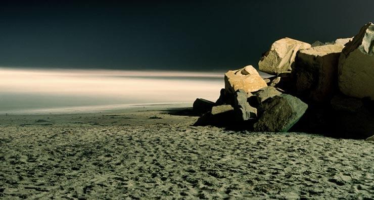 Playa en la noche como representación de la existencia de los milagros