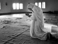 Madre Teresa reza en Calcuta, India en 1989