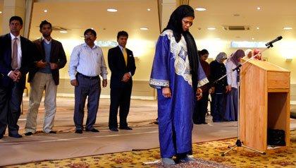 Amina Wadud lidera una oración en Oxford, England.