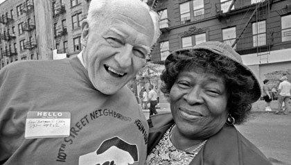 El reverendo Norm Eddy sonríe en la parroquia de East Harlem, junto a una mujer mayor