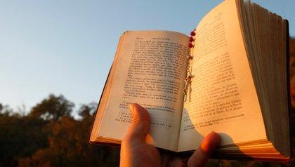 Hombre leyendo la Biblia - ¿Qué tan bien conoces la Biblia?