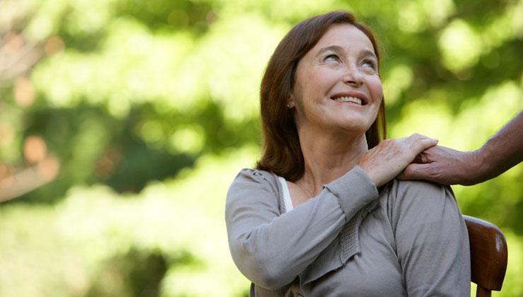 Mujer madura sostiene la mano de un hombre - El poder curativo de las palabras