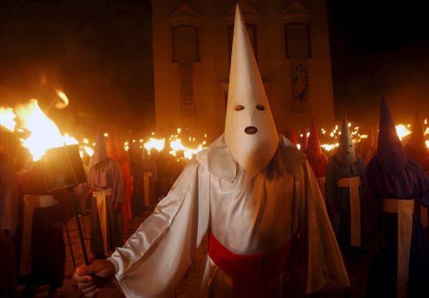 Procesión de Fogaréu en Brasil, en la que altos hombres enmascarados que llevaban antorchas representan la captura de Cristo - Semana Santa y de Pascua