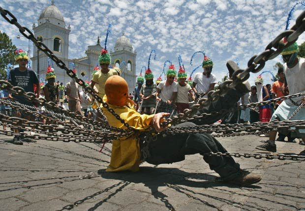 Un hombre vestido como Judas y atado con cadenas participa del Via Crucis en Masatepe, al sur de Managua, Nicaragua - Semana Santa y de Pascua