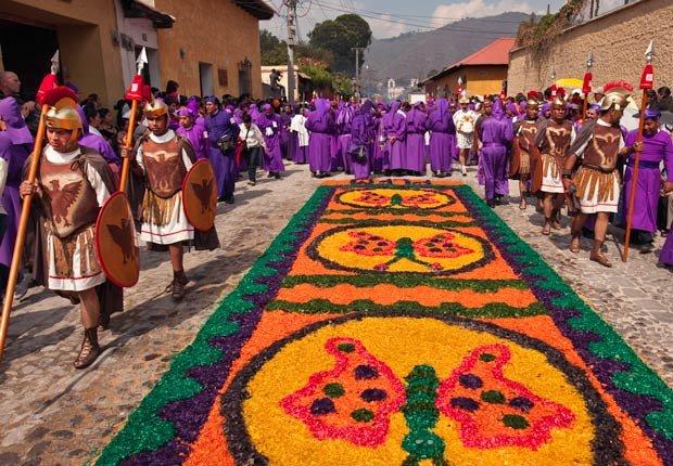Alfombras o tapetes de aserrín y flores creadas en la calle para las procesiones de Semana Santa en Antigua, Guatemala -  Semana Santa y de Pascua