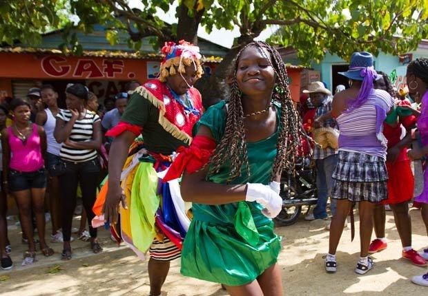 Personas participan en una ceremonia de Gaga en el batey Mata Mamón, en las afueras de Santo Domingo - Pascua y Semana Santa