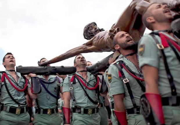 Los miembros de la Legión Española, una unidad de élite del ejército español, llevan a el Cristo de la Buena Muerte, durante una ceremonia antes de una procesión en Málaga, sur de España