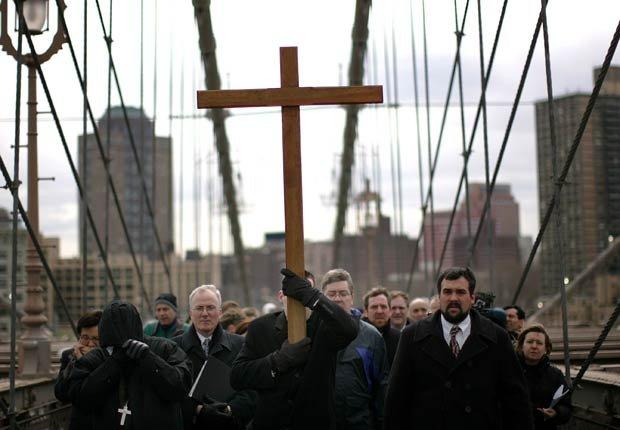 Católicos participan en la procesión de la Cruz cruzando el puente de Brooklyn en New York City - Pascua y Semana Santa