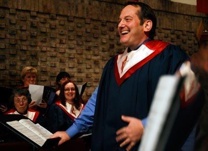 Robert Rudolph cantando en la Iglesia Metodista Unida