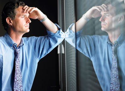 Hombre pensando frente a una ventana